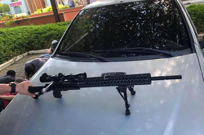 Policial é preso tentando vender um fuzil no Rio de Janeiro