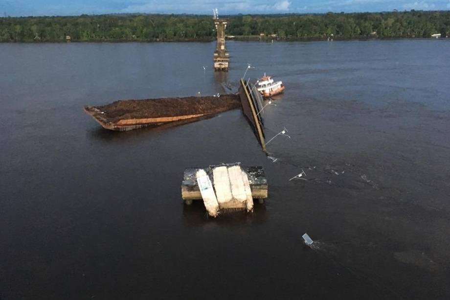 Parte de uma ponte do complexo Alça Viária, caiu no Rio Moju, próximo à entrada do município de Acará a cerca de 100 Km de Belém no Pará