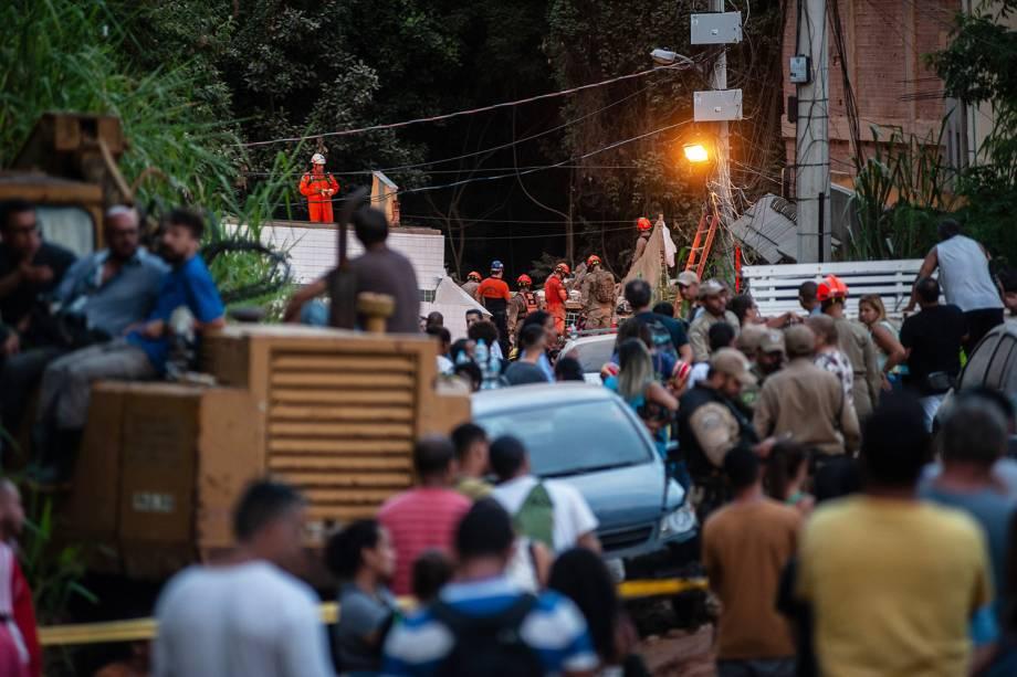 Bombeiros procuram vítimas em meio aos escombros após desabamento de prédios em Muzema, no Rio de Janeiro - 13/04/2019