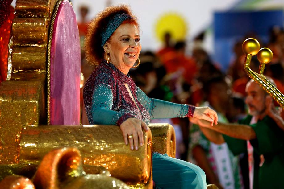 A cantora Beth Carvalho desfila pela escola de samba Estação Primeira de Mangueira, no Sambódromo da Marquês de Sapucaí - 2016