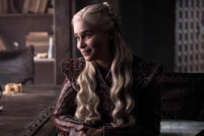 Emilia Clarke interpreta Daenerys Targaryen, a personagem mais comentada no 1º episódio da 8ª temporada de 'Game of Thrones'