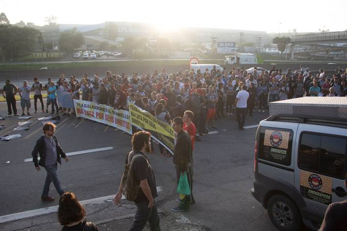 Funcionários protestam após gráfica que faria as provas do Enem ter falido