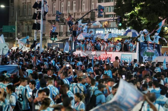Jogadores do Racing comemoram título argentino