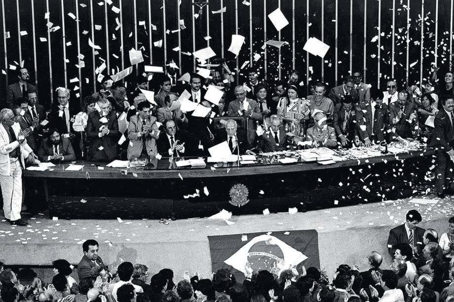 Chuva de papel picado no plenário do Congresso, durante a promulgação da Constituição de 1988 - 05/10/1988