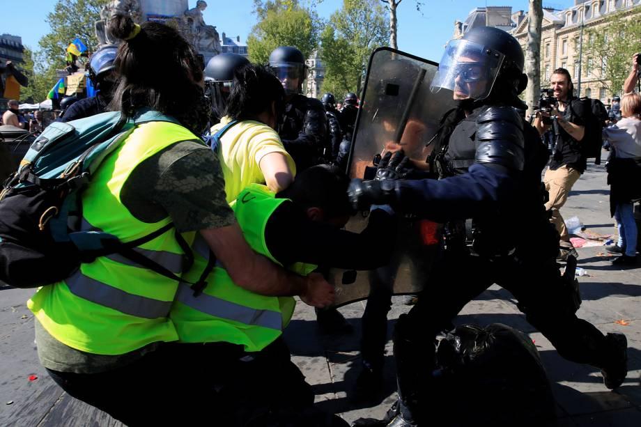 Manifestantes e policiais entram em confronto durante o Ato XXIII (o 23º protesto nacional consecutivo no sábado) do movimento de coletes amarelos em Paris, França - 20/04/2019