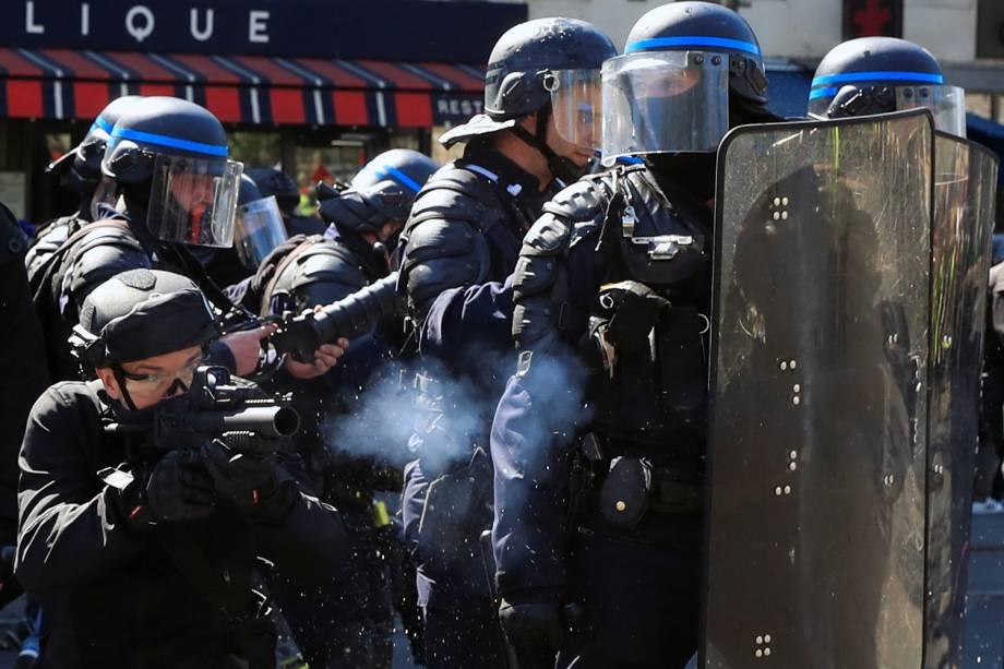 Policial realiza um disparo durante uma manifestação no Ato XXIII (o 23º protesto nacional consecutivo no sábado) do movimento de coletes amarelos em Paris, na França - 20/04/2019