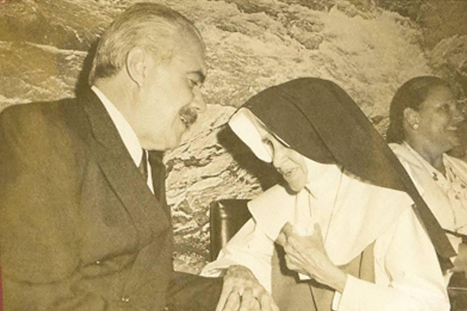 O presidente da República, José Sarney, cumprimenta a Irmã Dulce