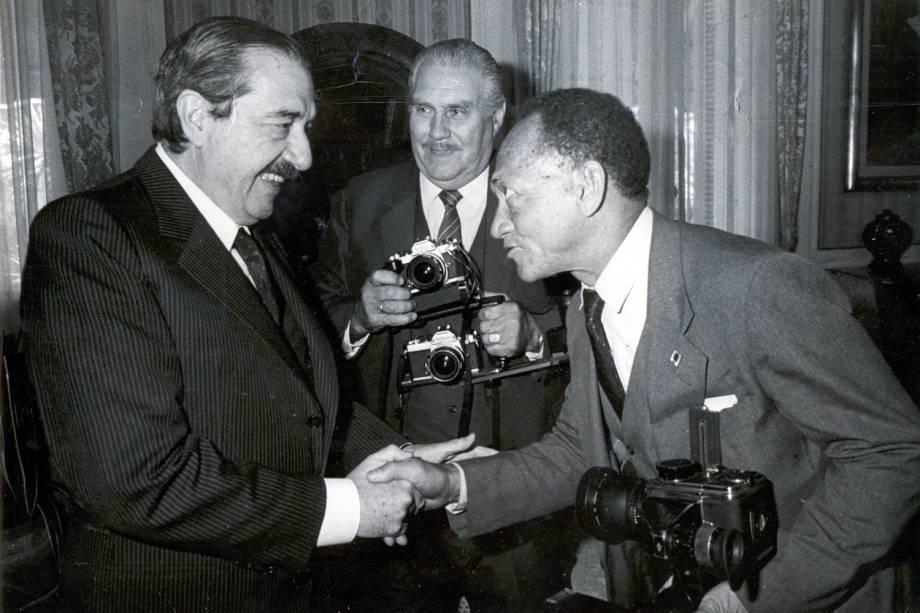 O repórter fotográfico Gervásio Baptista, com o Presidente Argentino Raul Alfonsin.