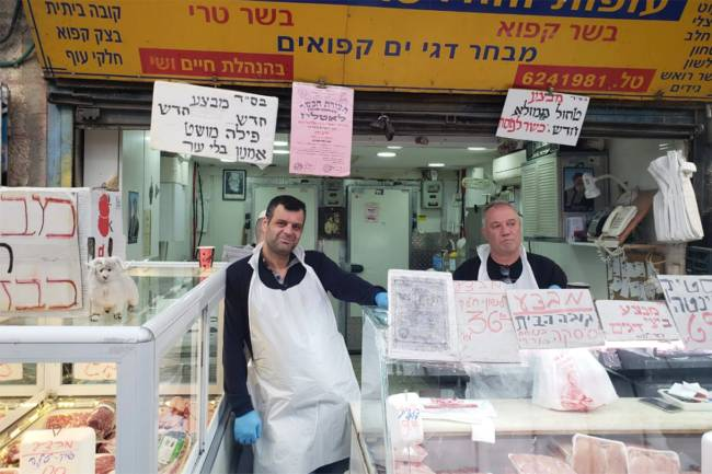 Ofer Ycwov em seu açougue no mercado Mahane Yehuda, em Jerusalém: 'acusações falsas contra Bibi'.