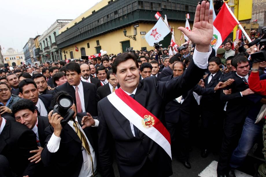 Alan Garcia acena para apoiadores após receber a faixa presidencial durante sua cerimônia de posse em Lima, Peru em julho de 2006