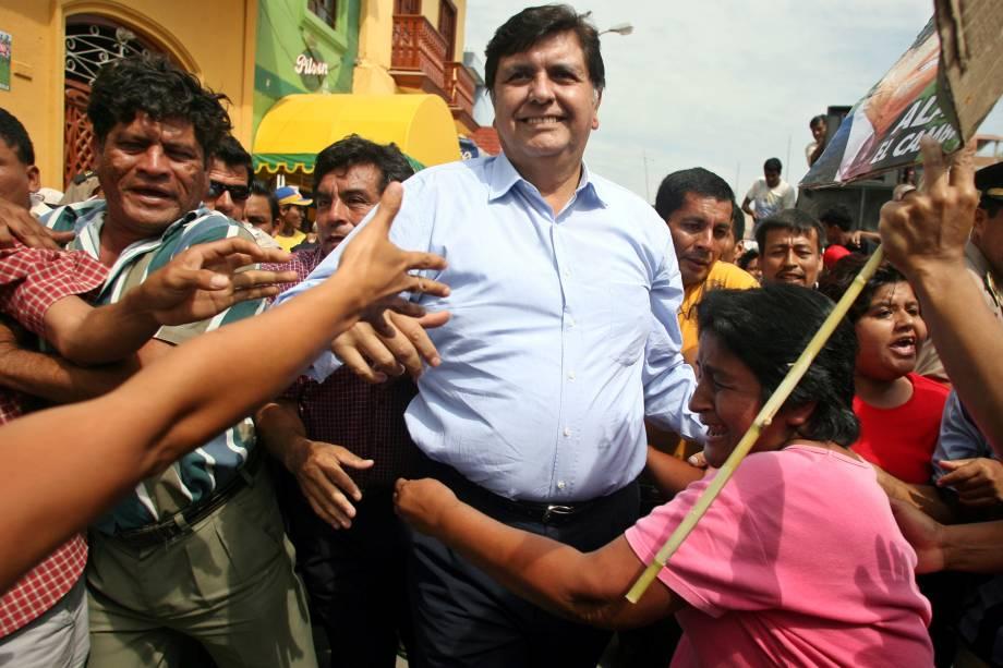 Alan García cumprimenta apoiadores durante campanha presidencial em Piura, no Peru em maio de 2006