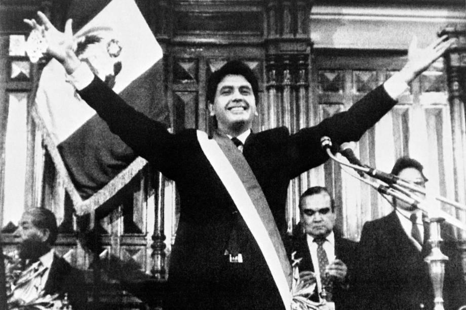 Alan García saúda apoiadores durante sua posse presidencial em Lima em julho de 1985