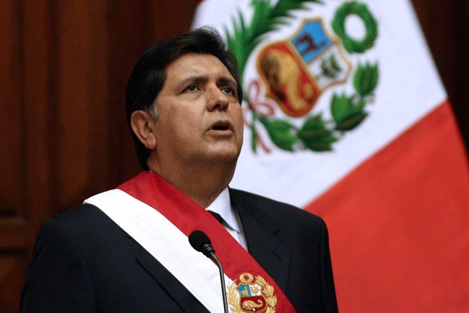 Alan García canta o hino nacional peruano durante sua cerimônia de posse no Congresso em Lima em julho de 2006
