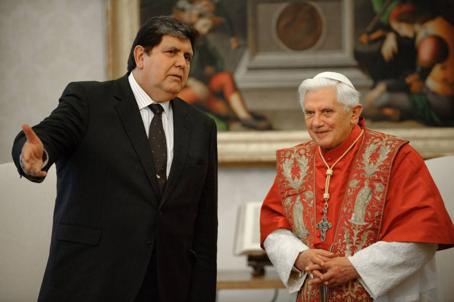 O papa emérito Bento XVI recebe o então presidente do Peru, Alan García Perez, durante uma audiência no Vaticano em novembro de 2009