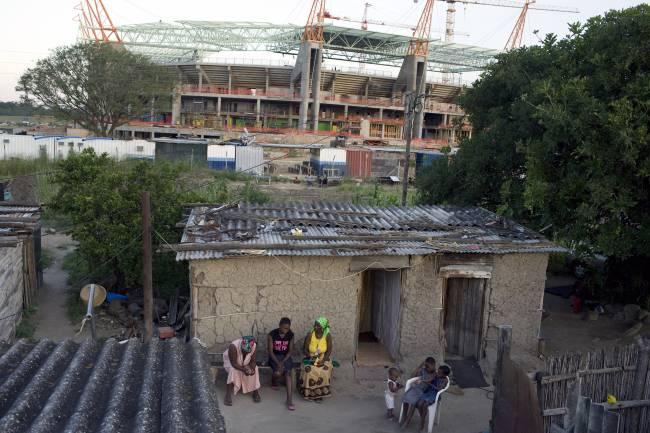 Moradores de uma favela nos arredores de um estádio da Copa do Mundo em Nelspruit, África do Sul – 19/02/2009