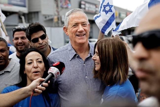 O general Benjamin Gantz, do Kahol Lavan, em campanha em Rehovot: acusações a Netanyahu, mas promessas tão conservadoras quando as do concorrente – 05/04/2019