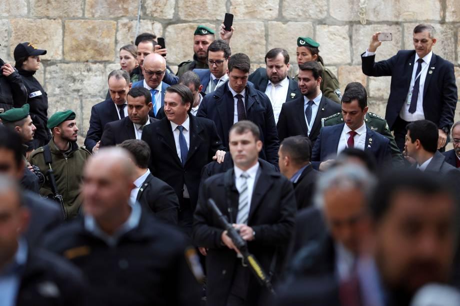 O presidente Jair Bolsonaro é cercado por guardas de segurança e soldados enquanto chega para visitar a Igreja do Santo Sepulcro na Cidade Velha de Jerusalém - 01/04/2019