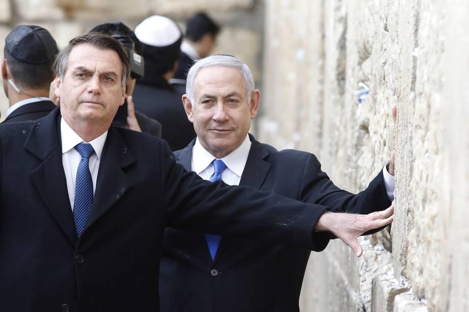 O presidente Jair Bolsonaro toca o Muro das Lamentações junto com o primeiro Ministro de Israel, Benjamin Netanyahu - 01/04/2019
