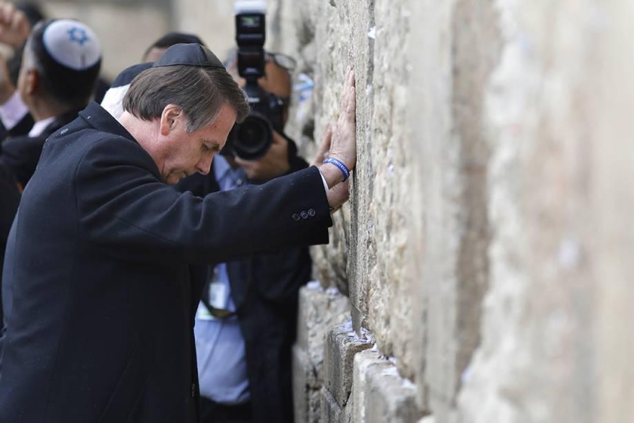 Jair Bolsonaro reza com as mãos no Muro das Lamentações, na Cidade Velha de Jerusalém - 01/04/2019