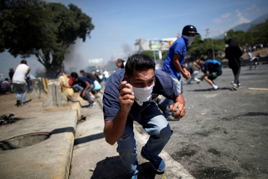 """Manifestantes entram em confronto com a Guarda Nacional Bolivariana, próximos da base aérea Generalisimo Francisco de Miranda """"La Carlota"""", em Caracas - 30/04/2019"""