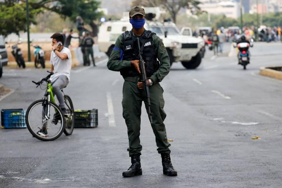 Soldado da Força Armada Nacional Bolivariana (FANB) se posiciona em uma avenida que leva à base aérea de La Carlota em Caracas, Venezuela - 30/01/2019