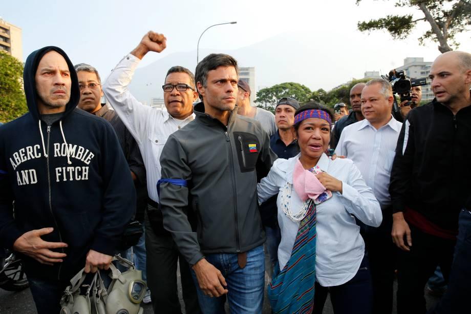 O líder de oposição Leopoldo López,  é cercado por apoiadores do lado de fora da base aérea de La Carlota em Caracas, Venezuela após deixar prisão domiciliar - 30/01/2019