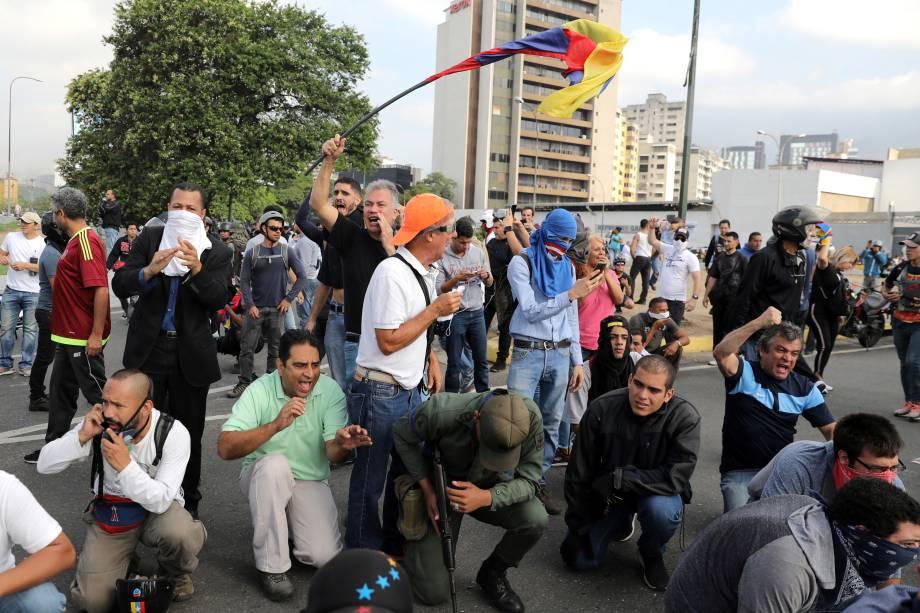 """Manifestantes de oposição ao governo de Nicolás Maduro se reúnem nos arredores da Base Aérea """"La Carlota"""", em Caracas, Venezuela - 30/04/2019"""