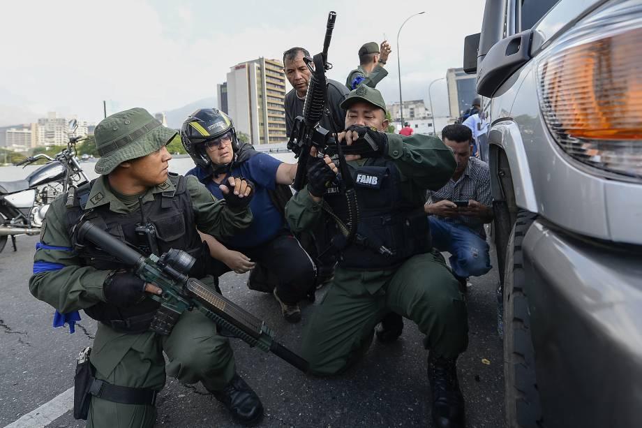 Membros da Força Armada Nacional Bolivariana (FANB) que apoiam o líder da oposição Juan Guaidó se posicionam em frente à base de La Carlota, em Caracas - 30/04/2019