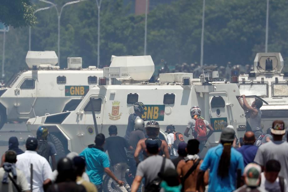 Manifestantes de oposição entram em confronto com forças leais a Nicolás Maduro perto da base aérea La Carlota em Caracas, na Venezuela - 30/04/2019
