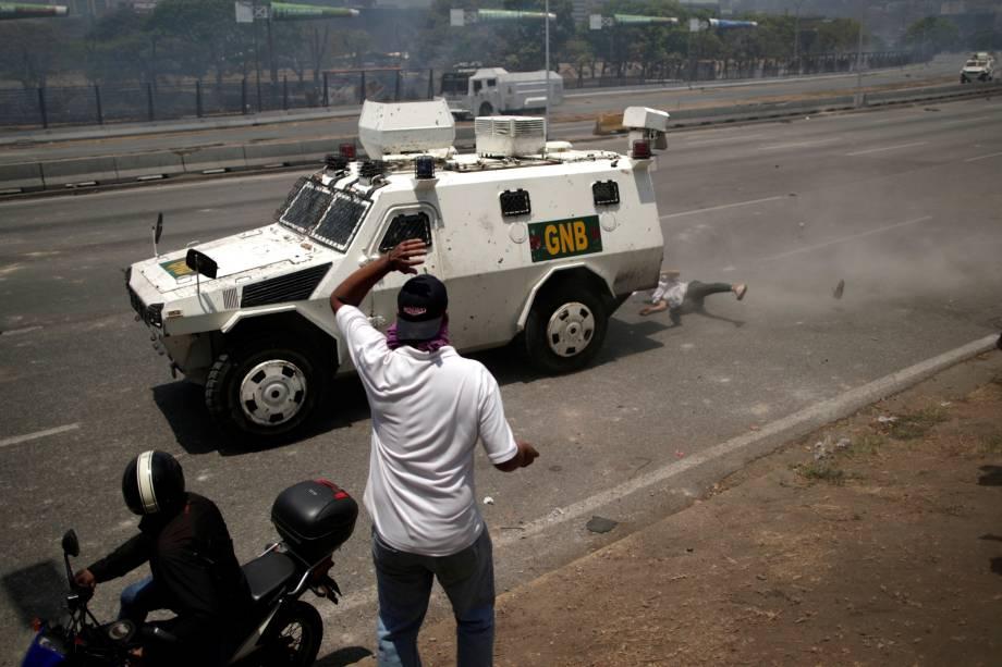 Manifestante da oposição é atropelado por um veículo da Guarda Nacional Bolivariana durante confronto perto da base aérea La Carlota em Caracas, na Venezuela - 30/04/2019