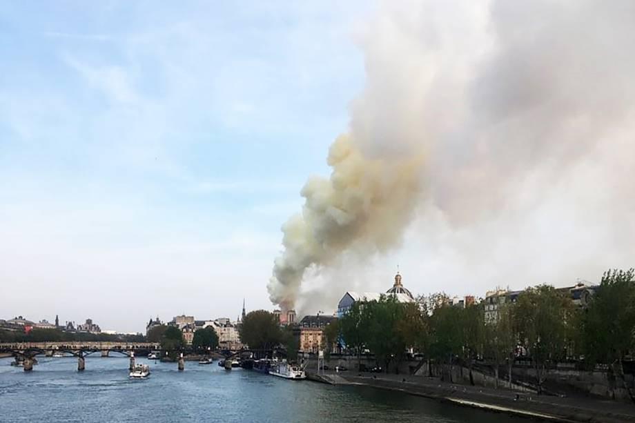 Chamas atingem a Catedral de Notre-Dame, em Paris - 15/04/2019