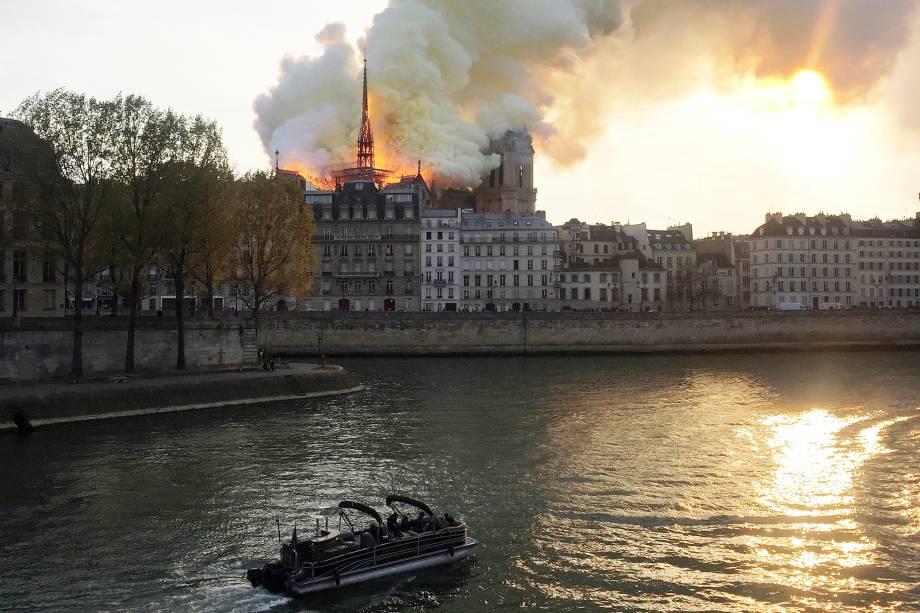 Incêndio atinge o topo da Catedral de Notre-Dame, localizada na região central de Paris, França - 15/04/2019