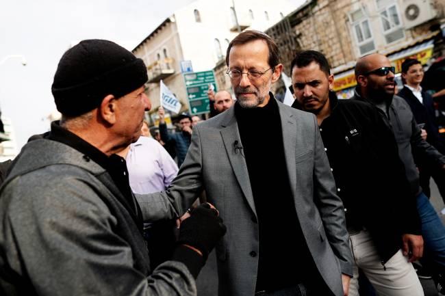 Moshe Feiglin, líder do partido Zehut, cumprimenta eleitores em Jerusalém – 04/04/2019