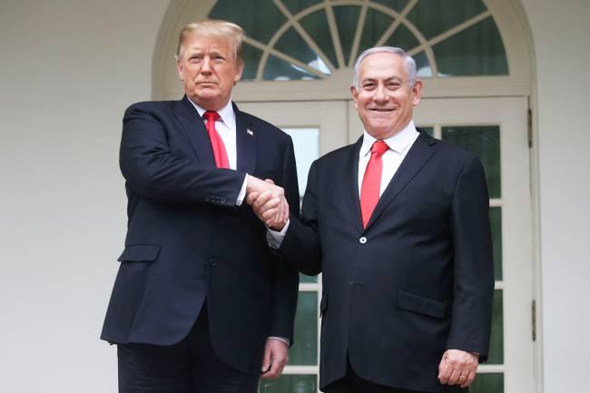 O presidente americano, Donald Trump, presenteia o aliado Benjamin Netanyahu na Casa Branca: reconhecimento da soberania de Israel sobre as Colinas de Golã, da Síria – 25/03/2019