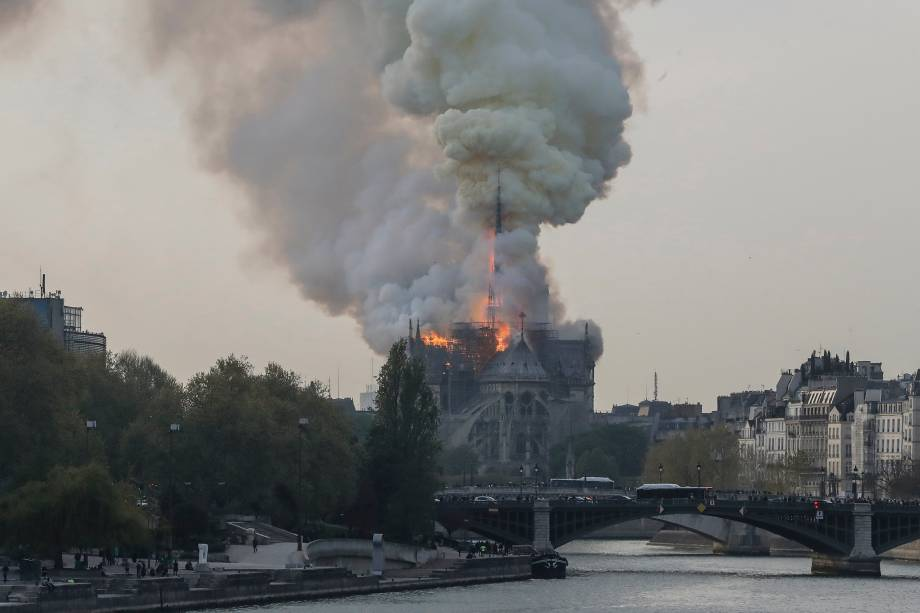 Fumaça é vista durante incêndio na Catedral de Notre-Dame, no centro de Paris - 15/04/2019