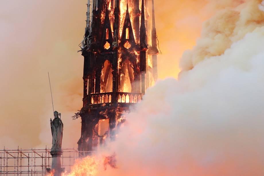 Incêndio consome torre da Catedral de Notre-Dame, localizada na região central de Paris, França - 15/04/2019