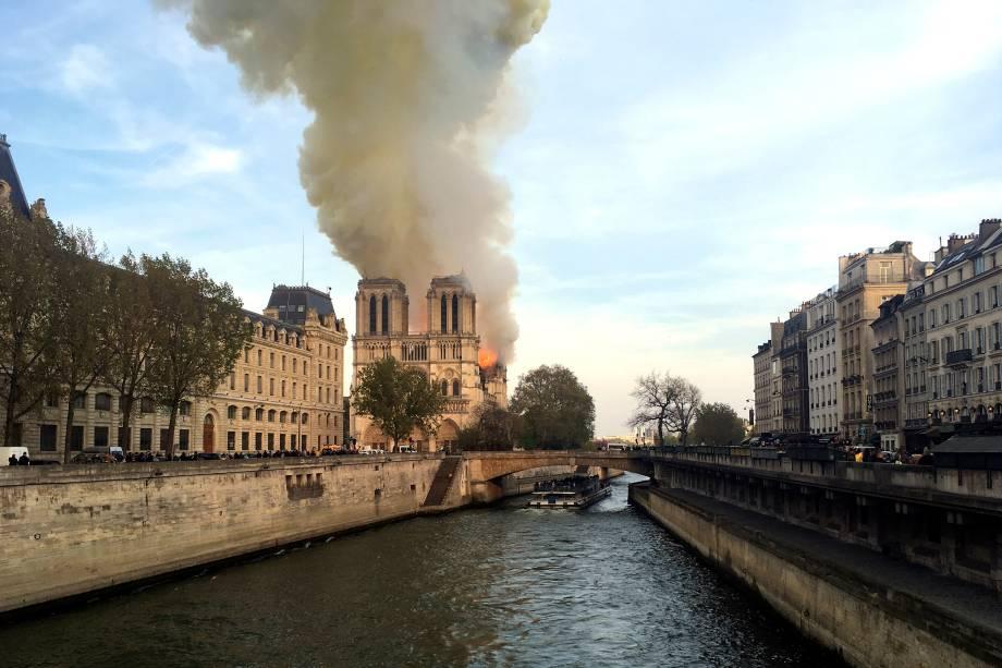 Incêndio atinge a Catedral de Notre-Dame, localizada na região central de Paris, França - 15/04/2019