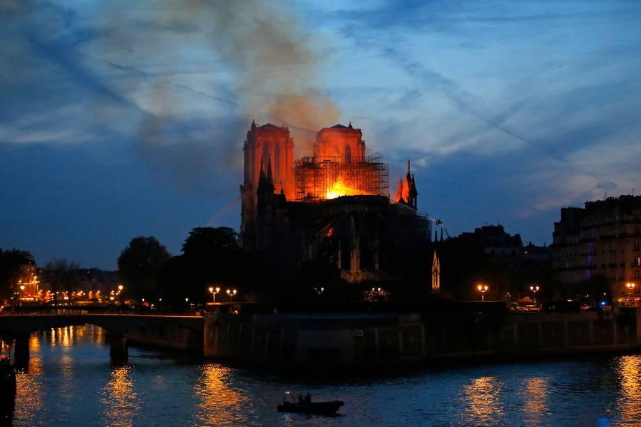 Bombeiros combatem um incêndio de grandes proporções que atinge a Catedral de Notre-Dame, em Paris - 15/04/2019