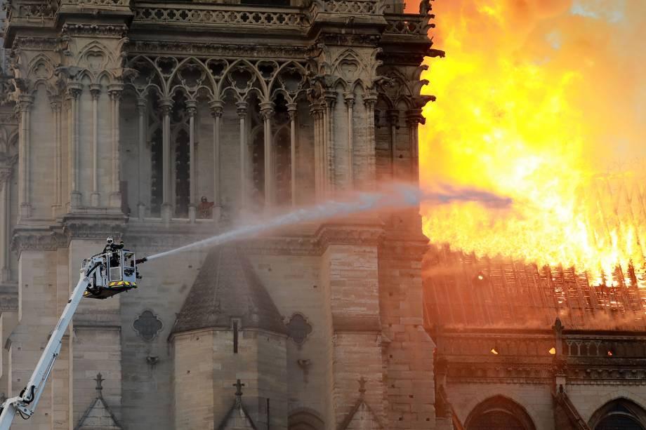 Bombeiros tentam conter chamas durante incêndio que atinge a Catedral de Notre-Dame, localizada na região central de Paris - 15/04/2019