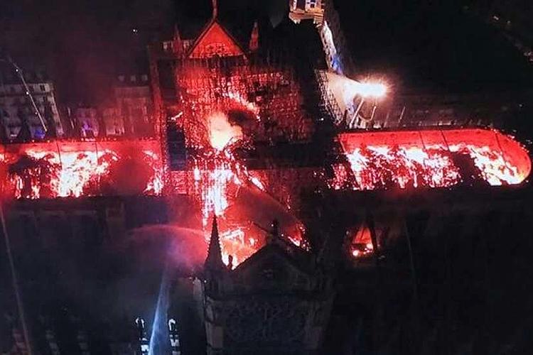 Imagem feita por drone mostra destruição no interior da Catedral de Notre-Dame, em Paris, após incêndio - 15/04/2019