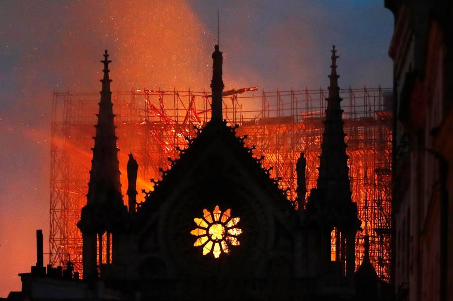 Chamas atingem parte da Catedral de Notre-Dame, localizada na região central de Paris - 15/04/2019