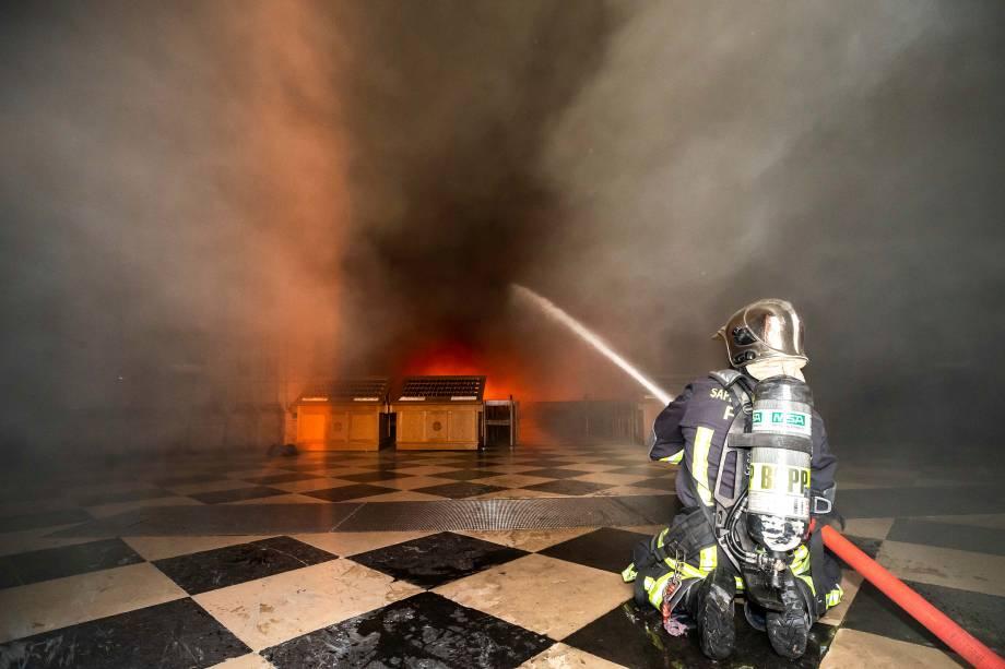 Bombeiros durante operação de rescaldo do incêndio que atingiu a Catedral de Notre-Dame, em Paris - 16/04/2019