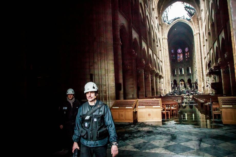 Vista interna da Catedral de Notre-Dame mostra parte do telhado que cedeu durante o incêndio - 16/04/2019