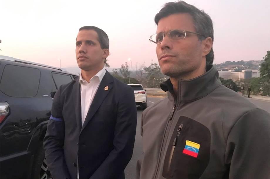 O presidente autoproclamado da Venezuela, Juan Guaidó, aparece ao lado do líder de oposição Leopoldo López - 30/04/2019