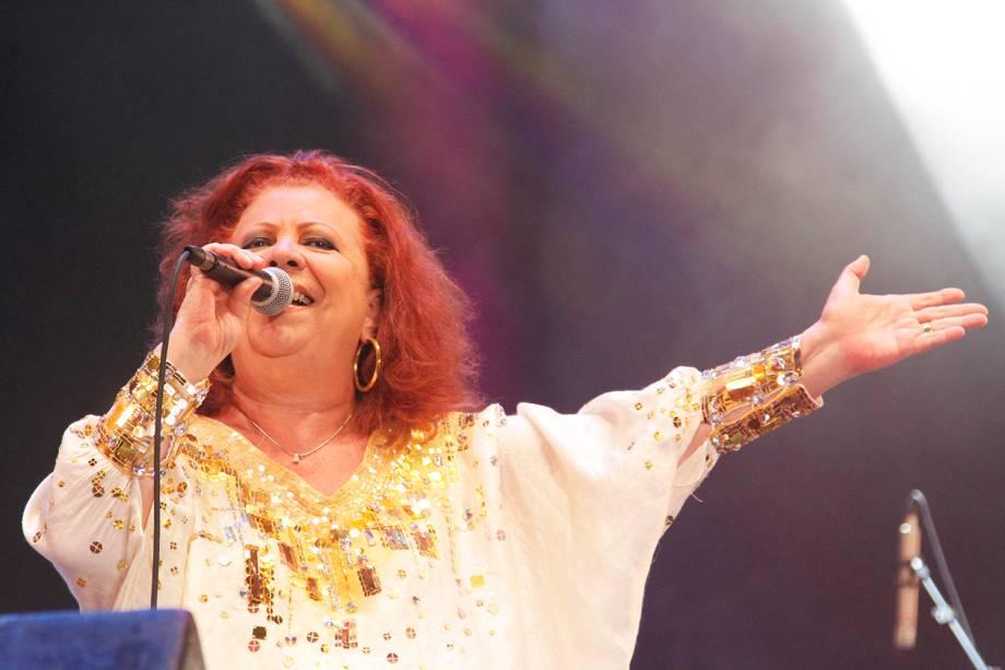 A cantora Beth Carvalho realiza show no Marco Zero, em Recifre (PE) - 2012