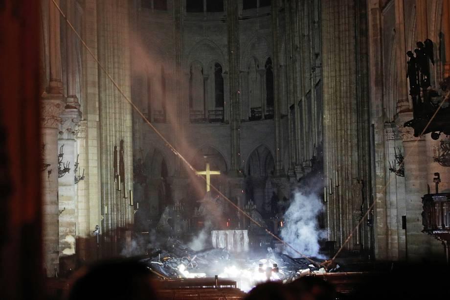 Fumaça é vista próxima do altar da Catedral de Notre-Dame, em Paris, durante incêndio - 15/04/2019