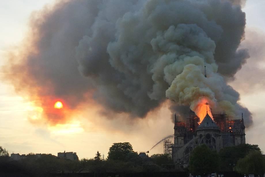 Chamas são vistas no topo na Catedral de Notre-Dame, localizada na região central de Paris, França - 15/04/2019