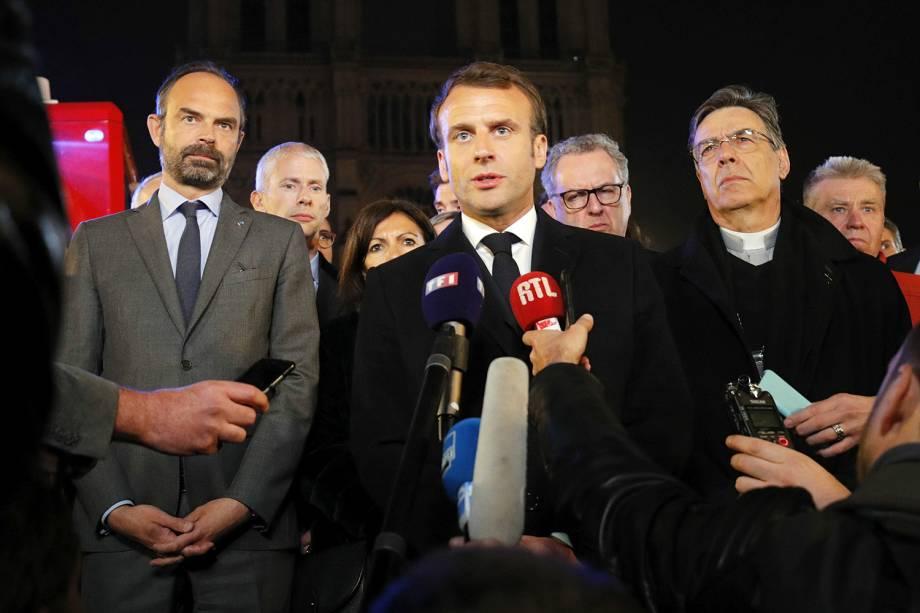 O presidente francês Emmanuel Macron fala sobre o incêndio que atingiu a Catedral de Notre-Dame, na região central de Paris - 15/04/2019