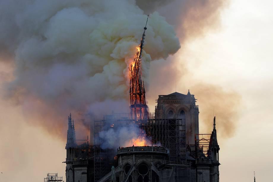 Torre é consumida pelas chamas durante incêndio na Catedral de Notre-Dame, em Paris - 15/04/2019