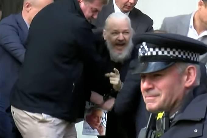 Julian Assange, fundador do WikiLeaks, é preso na embaixada equatoriana de Londres